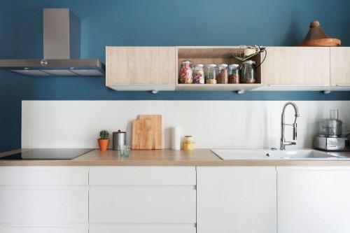 cuisine-blanche-sur-mur-bleu-canard_5640585